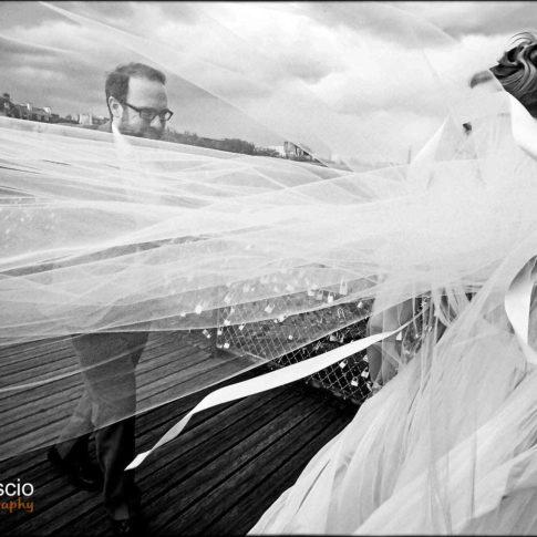 photo des mariés sur le Pont des Arts