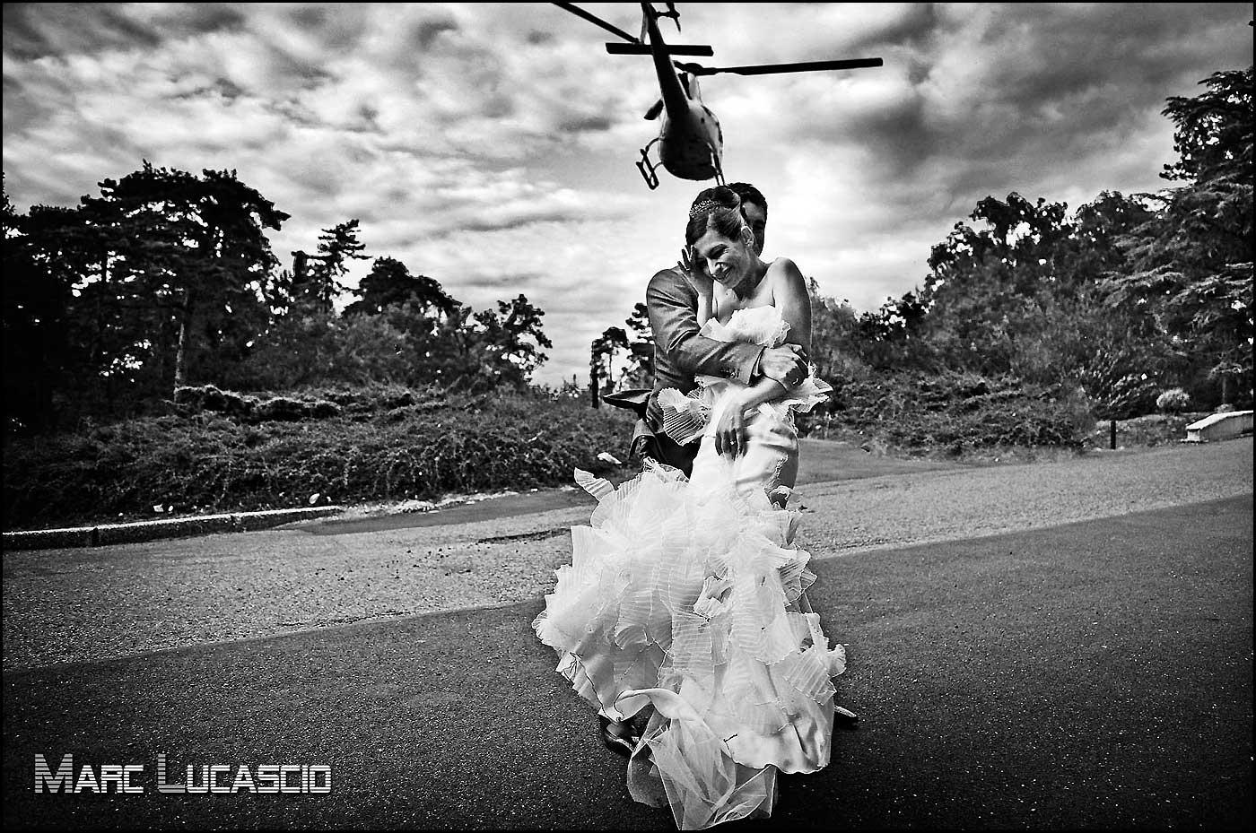 Séance photo mariage avec un hélicoptère