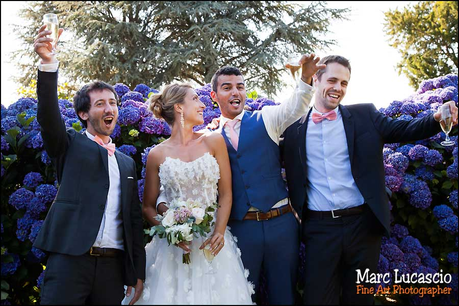 Groupe mariage un verre à la main