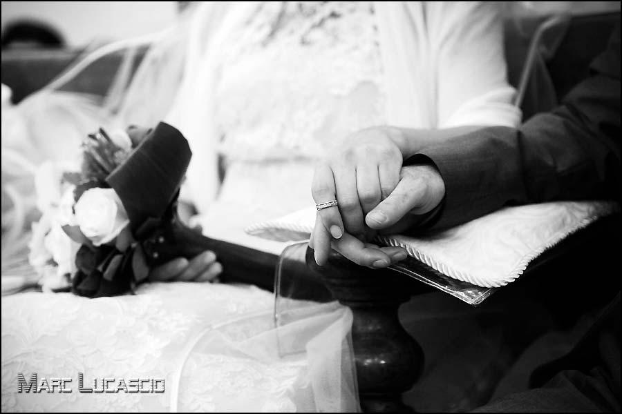 mariage juif Avignon mains enlacées.