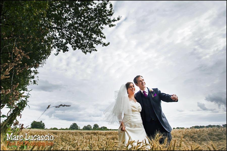 Le couple juif est photographié dans un champ de blé