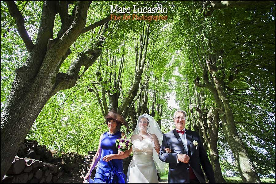 C'est une prise de vue au grand angle du mariage juif champêtre