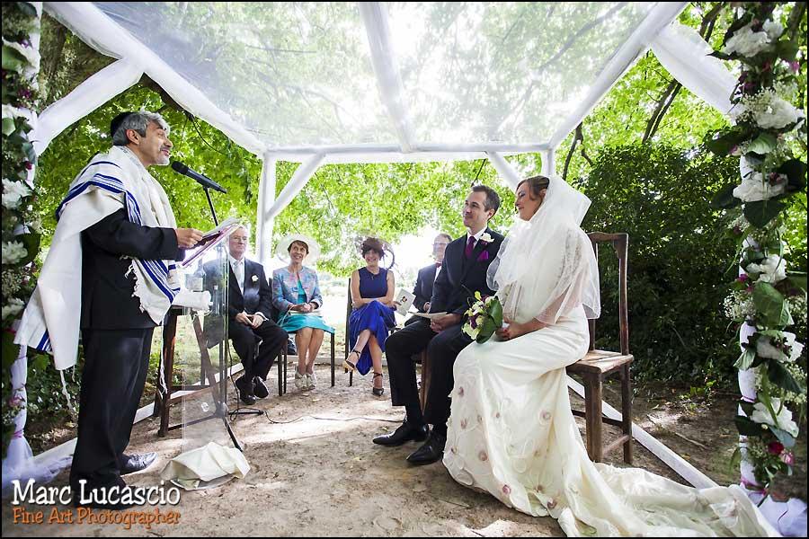 C'est le début de la célébration du mariage juif champêtre