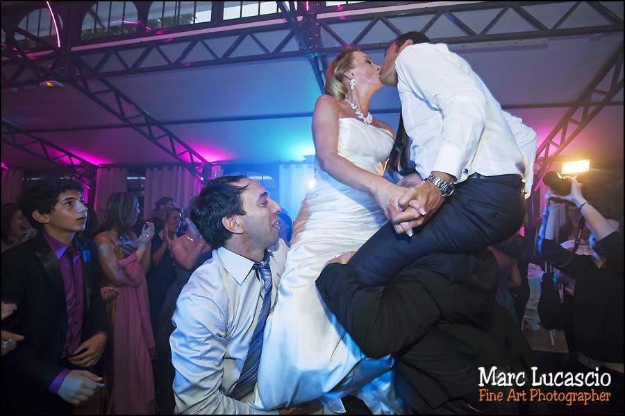 Les époux s' embrassent portés par les invités juifs