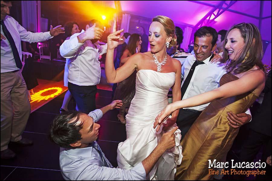 La mariée danse avec ses amis juifs