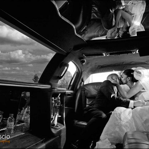 Mariage dans la limousine en noir et blanc