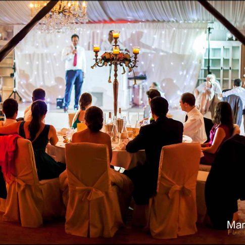 Le soir à table pendant les discours du mariage